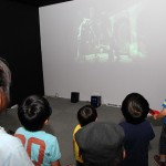飛び出す3D恐竜展映像会場は子どもたちで満員状態!
