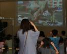 トリック恐竜アート3D恐竜展映像に見入る参加者