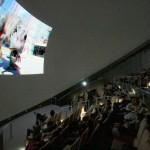 大型上映施設の大画面にて上映。目の前まで恐竜が飛びだしてきます。